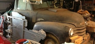 Unearthing Hidden Treasure: 1953 Chevrolet Truck Found in a Barn After Sitting for 40+ Years